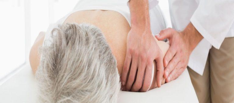 Image de fond Oxteo avec une dame âgée soignée par un ostéopathe