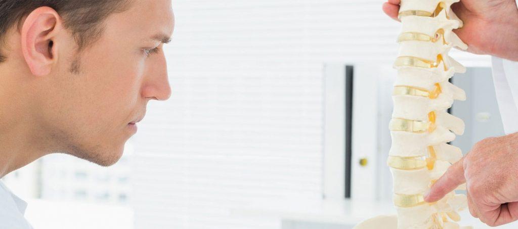 Image de fond Oxteo avec un patient qui apprend le principe de la colonne vertébrale