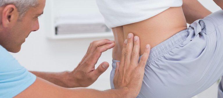 Image de fond Oxteo avec ostéopathe soignant un patient